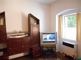 Ložnice s lůžky a televizí
