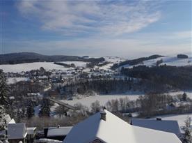 Pohled na zamrzlou přehradu