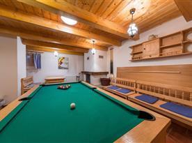 Společenská místnost s biliardem společná pro oba apartmány