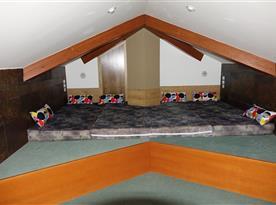 4 lůžka na galerii nad obývákem