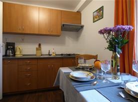 Vybavená kuchyně s jídelní sestavou