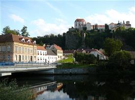 Pohled na apartmánový dům i zámek