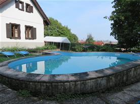 Pohled na chalupu s bazénem