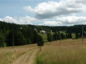 Cesta přes kopec od kolejí k chatě