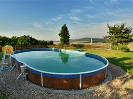 Venkovní bazén s krásným výhledem do okolí