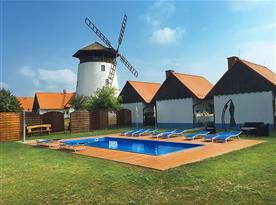 Bazén v areálu Bukovanského mlýna
