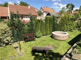 Zahrada s posezením a vířivkou