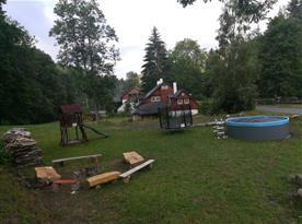 Posezení u otevřeného ohniště, bazén a vyžití pro děti