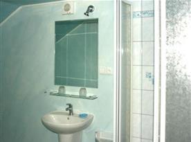 Moderní koupelna apartmánu A se sprchovým koutem