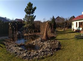 Upravený pozemek s okrasným jezírkem