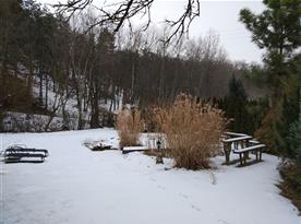 Pozemek u chaty v zimě