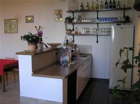 Společenská místnost s barovým pultem a výčepním zařízením