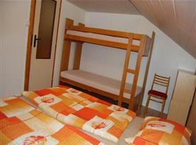Pokoj s lůžky, patrovou postelí, skříňkou a židlí