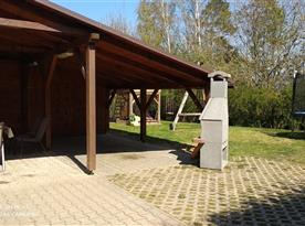 Krytá terasa s posezením a krbem