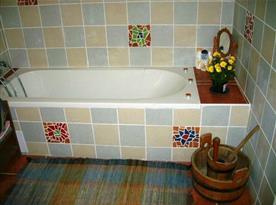 Sociální zařízení s vanou, toaletou a umývadlem