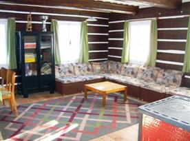 Společenská místnost s rohovou sedačkou a televizí