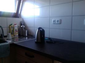 Podkrovní apartmán - kuchyně s varnou konvicí a lednicí