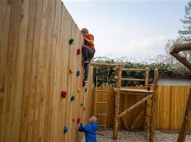 Horolezecká stěna pro děti na zahradě