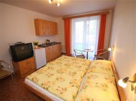 Apartmán s lůžky, kuchyňkou a televizí