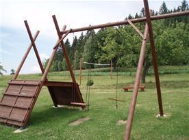 Pro děti houpačky, pískoviště, přírodní hřiště s volejbalovou sítí