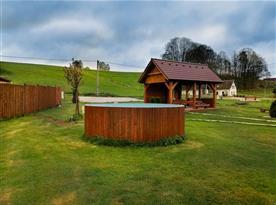 Pohled na venkovní bazén a venkovní posezení