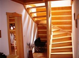 Dřevěné schodiště z chodby do patra
