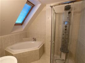 Koupelna s rohovou vanou, umývadlem a sprchovým koutem