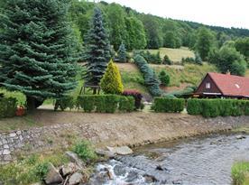 Pohled na Chalupu Šibřinka z obce