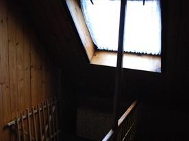 V patře na schodišti