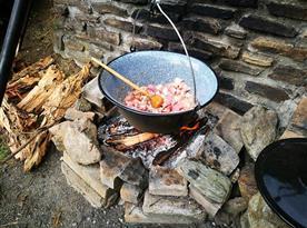 Malé ohniště s možností vařit v kotlíku na trojnožce