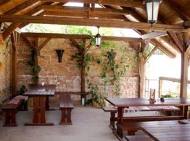 Letní terasa pro příjemné posezení u dobrého vína