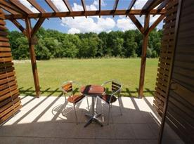 Posezení na terase u jednotlivých pokojů