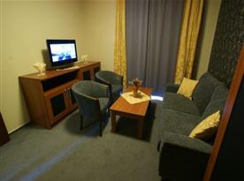 Apartmán - obývací pokoj s posezením a televizí