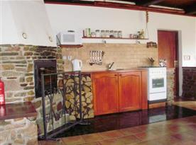 Kuchyně se sporákem, mikrovlnou troubou, varnou konvicí a lednicí