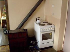 Kuchyně se sporákem a kamny na tuhá paliva