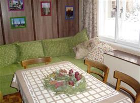 Kuchyně se stolem, židlemi a gaučem