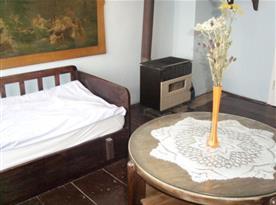 Ložnice B s gaučem, stolkem a kamny