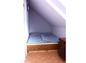 Podkrovní ložnice C s lůžky, skříňkou, stolkem a židlemi