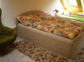 Ložnice B s lůžky, skříní, nočním stolkem, lampičkou a křeslem