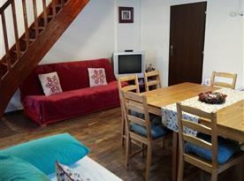 Obývací pokoj se dvěma gauči