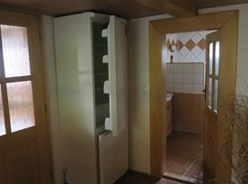 Lednice s mrazákem a vstup do koupelny