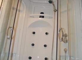 Sprchový kout s masážním panelem