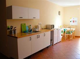 Kuchyně s lednicí a posezením