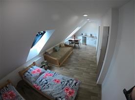 Půdní apartmán  kuchyní a klimatizací.
