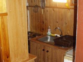 Kuchyně s linkou, dřezem, sporákem a troubou