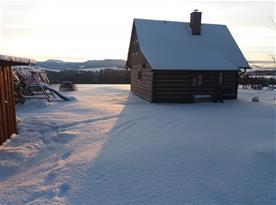 Chalupa pod sněhem