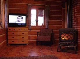 Krb s televizí v obytné místnosti