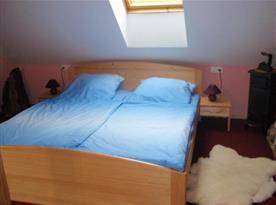 Podkrovní ložnice s manželskou postelí, nočními stolky a lapičkami