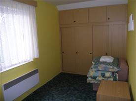 Pokoj B se skříněmi