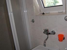 Koupelna se sprchovým koutem a umývadlem v druhém patře